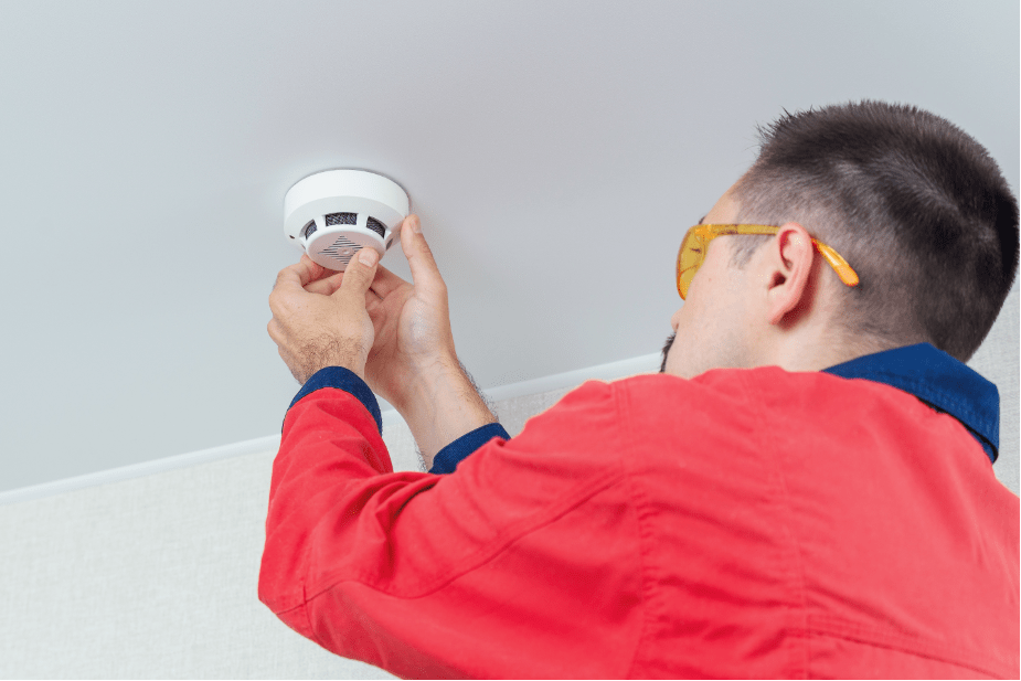 homen trocando sensor de luz para evitar gastos no condomínio